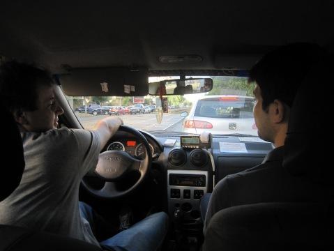 De fapt, Ciprian (taximetrist, 45 ani) oprise maşina pe avarii fiindcă îî sărise bonul de la taximetru.