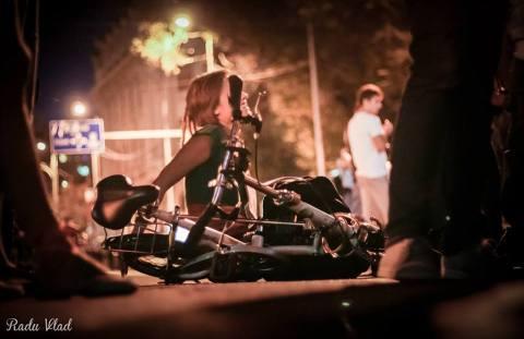 Aşa protestează hipsterii: cu bicicleta şi zâmbetul pe buze